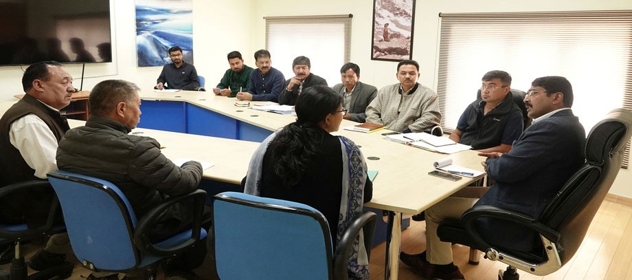 Divisional Commissioner reviews winter-stocking in Ladakh